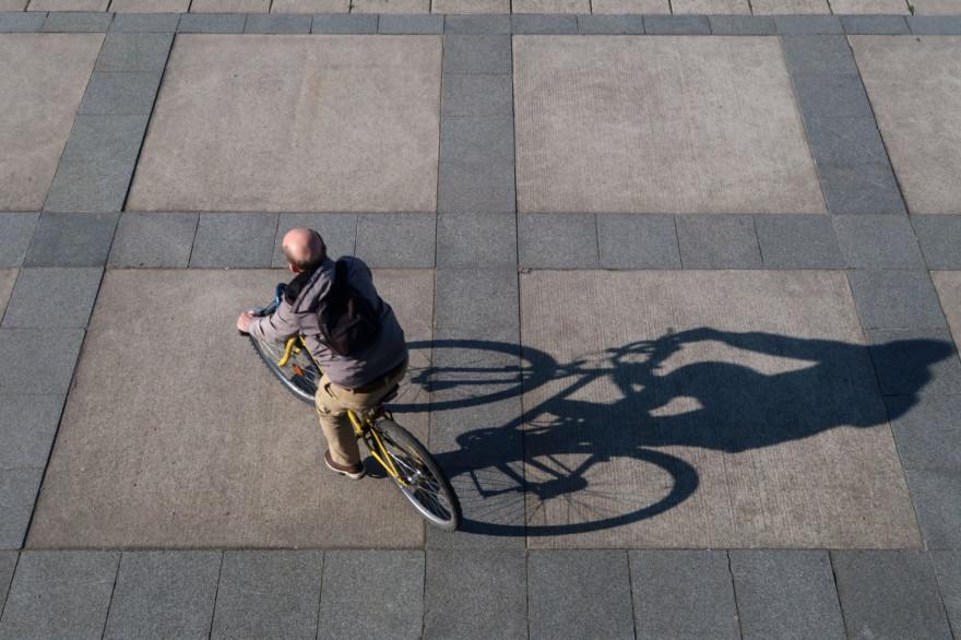 Un homme sur son vélo à Paris (illustration).