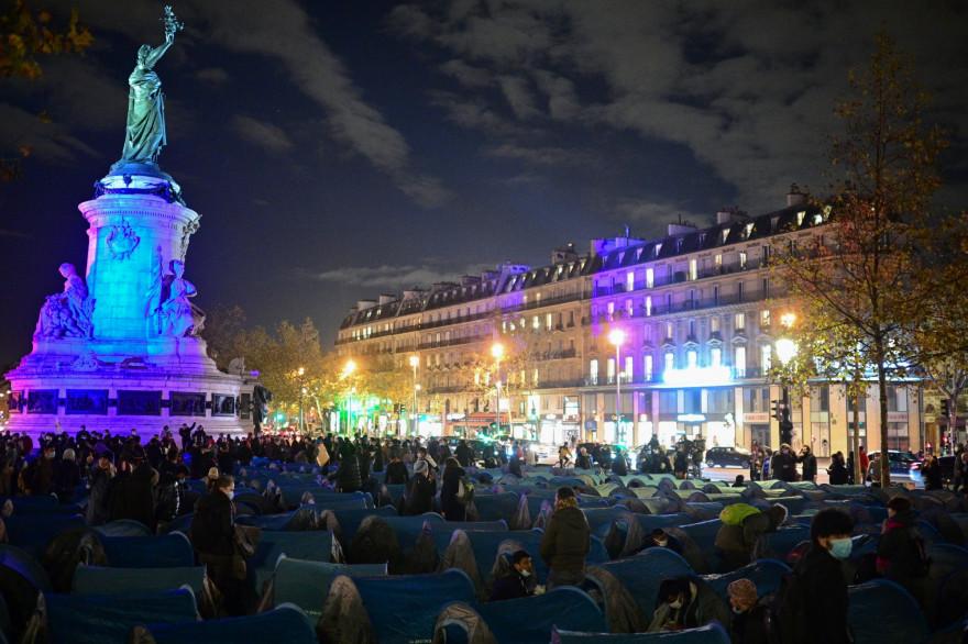 Selon les représentants d'Utopia 56, quelque 450 personnes ont posé leurs tentes sur la place centrale de la capitale