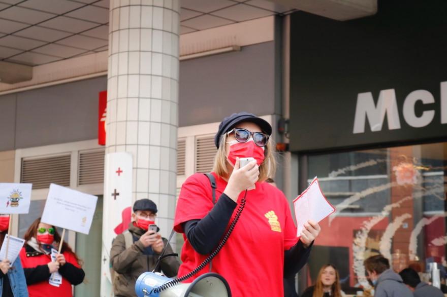 Le collectif McDroits se mobilisent contre le sexisme, le racisme et les LGBTphobies à MacDonald's.