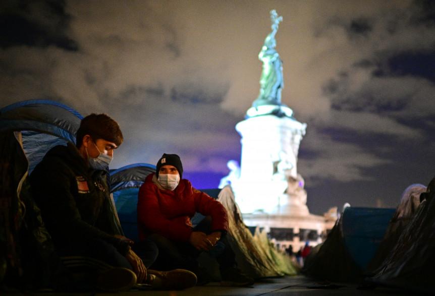 Des migrants campaient sur la place de la République à Paris lundi 23 novembre lorsqu'ils ont été violemment évacués par les forces de l'ordre.