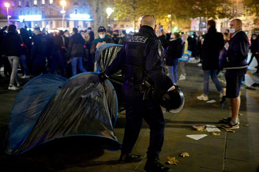 Un policier lors de l'évacuation d'un camp de migrants place de la République à Paris, le 23 novembre 2020
