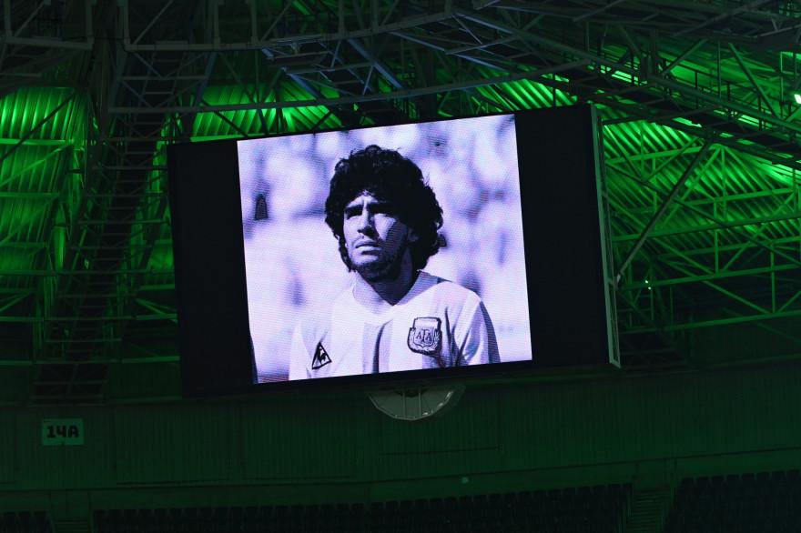 Un portrait du footballeur Diego Maradona projeté sur un écran géant lors de la Ligue des Champions, le 25 novembre 2020 à Moenchengladbach en Allemagne.