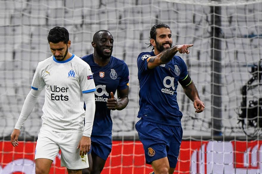 Morgan Sanson abattu sous les yeux du deuxième buteur du FC Porto Sergio Oliveira, le 25 novembre 2020 à Marseille