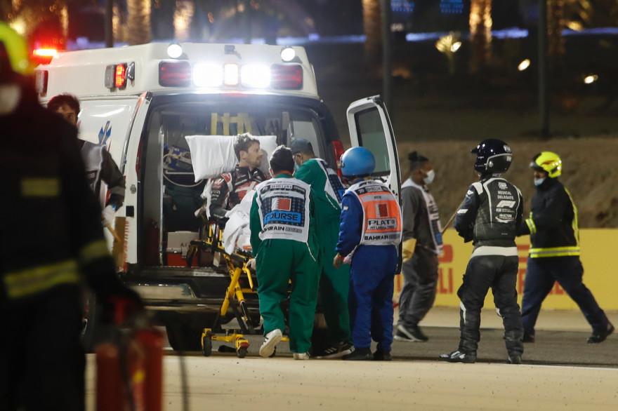 Le pilote français Romain Grosjean transporté par les secours, le 29 novembre 2020, après un accident survenu pendant le premier tour du Grand Prix de Formule 1 de Bahreïn.