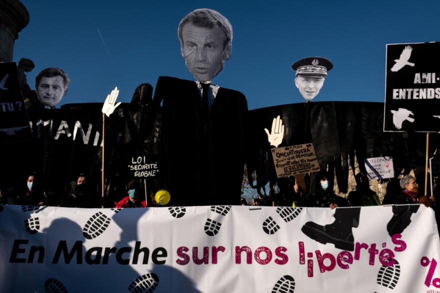 """Les banderoles lors de la """"marche des libertés"""", organisée contre la proposition de loi """"sécurité globale"""" à Paris, le 28 novembre 2020"""