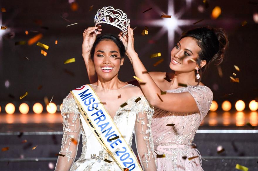 Élue Miss France 2020, Miss Guadeloupe Clemence Botino (à gauche), est couronnée par Miss France 2019 Vaimalama Chaves à l'issue du concours de beauté Miss France 2020, le 14 décembre 2019 à Marseille.