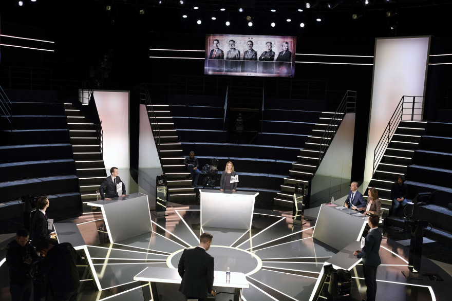 Le plateau du débat présidentiel de TF1 lors de sa préparation 18 mars 2017.