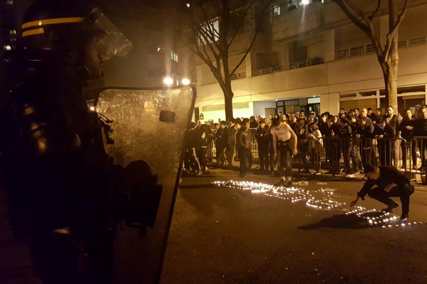 Des manifestants devant le commissariat du XIXe arrondissement de Paris, le 27 mars à Paris