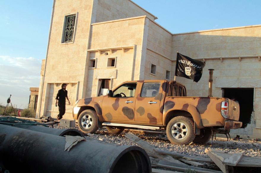 Une voiture de l'État islamique dans les rues de Raqqa en Syrie