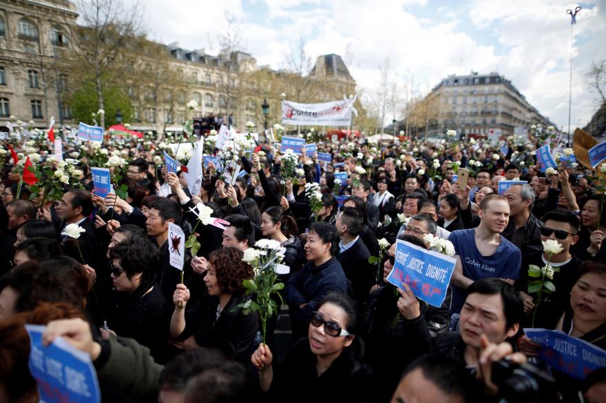 """Dimanche 2 avril place de la République à Paris, les manifestants demandent """"justice"""" et """"vérité"""" après la mort de Liu Shaoyao"""