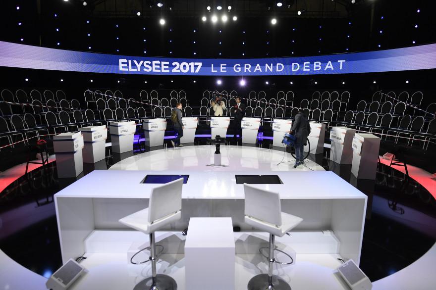 """Le plateau du """"Grand Débat"""" avec les pupitres des onze candidats"""