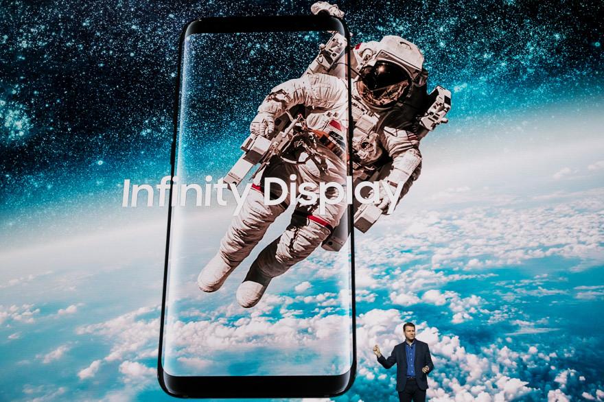 """L'écran """"infinity display"""" du Galaxy S8 recouvre presque la totalité de la face avant de l'appareil"""