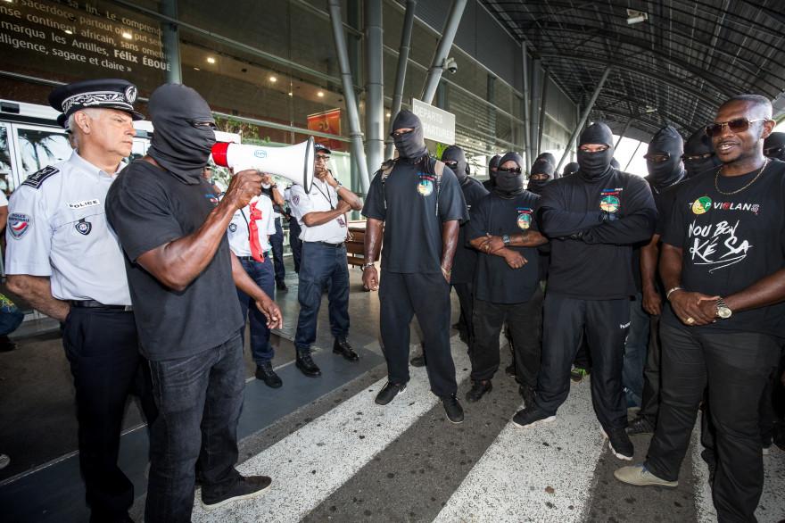 """Des membres des """"500 frères"""" durant une manifestation à Cayenne, en Guyane, le 29 mars."""