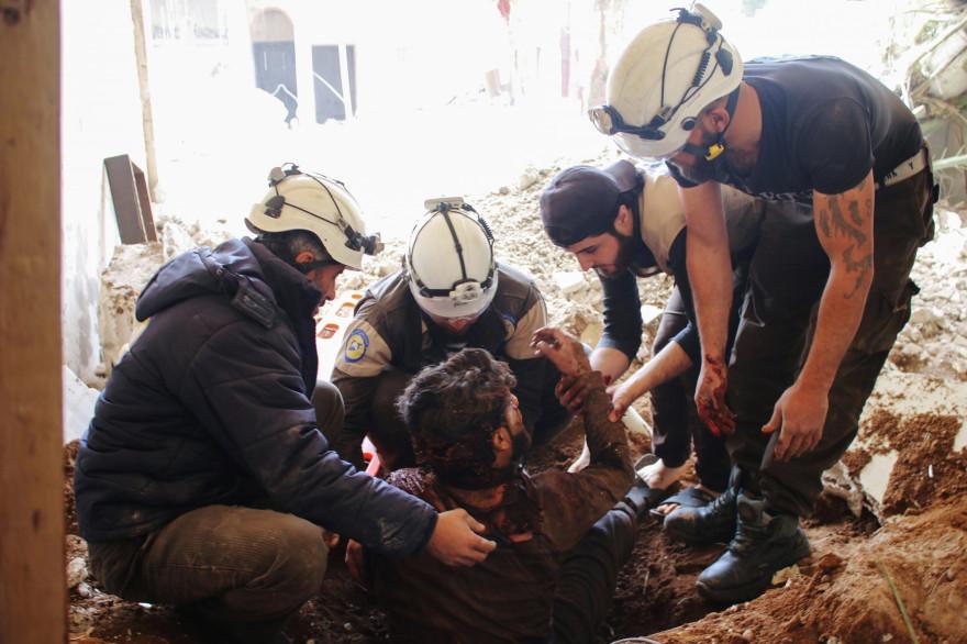 Des casques blancs portent secours à un homme après un bombardement, le 8 avril 2017.