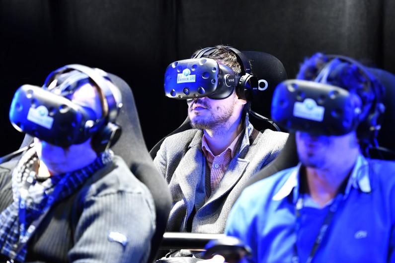 Des utilisateurs testent des casques de réalité virtuelle