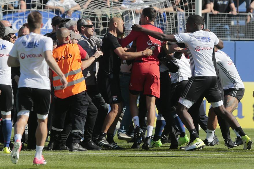 16h50 dimanche 16 avril à Bastia : des supporters corses entrent sur la pelouse et s'en prennent à des joueurs lyonnais
