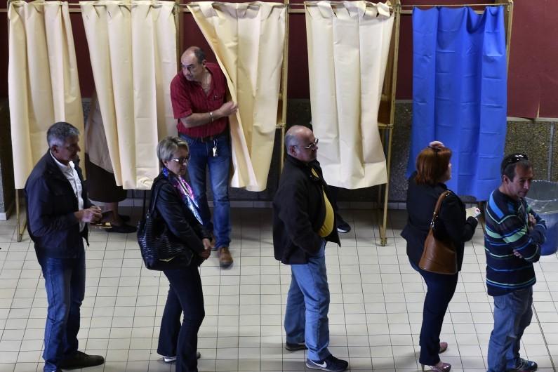 Des électeurs font la queue pour voter dans un bureau de vote en Haute-Garonne le 23 avril 2017 pour le premier tour de la présidentielle.