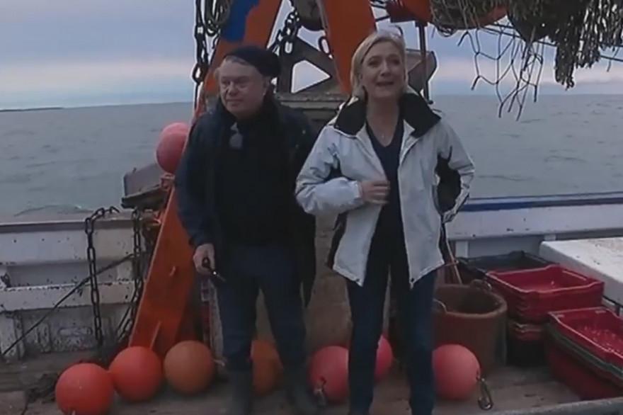Gilbert Collard et Marine Le Pen sur un bateau de pêche, au Grau-du-Roi le 27 avril