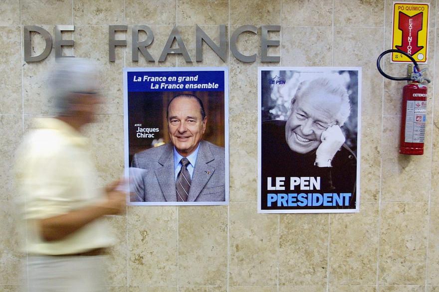 Des affiches de Jacques Chirac et Jean-Marie Le Pen sur un mur du consulat français au Brésil en 2002.