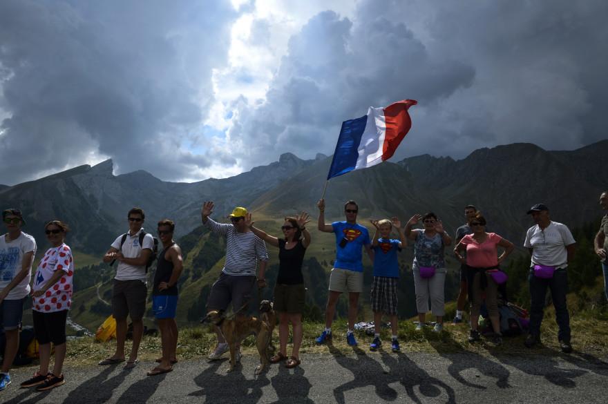 Un drapeau français entre Digne-les-Bains et Pra-Loup, lors du Tour de France