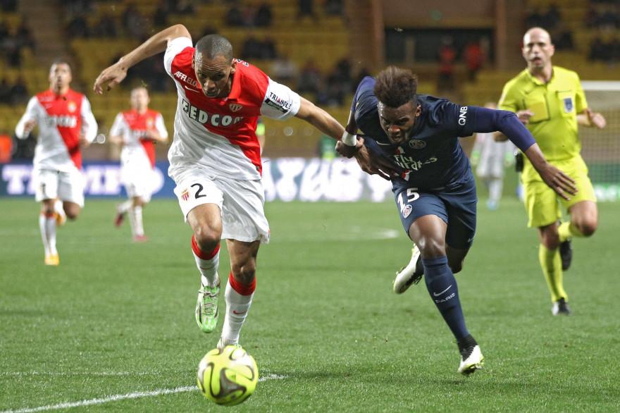 Fabinho à la lutte avec Serge Aurier lors du Monaco-PSG du 1er mars 2015