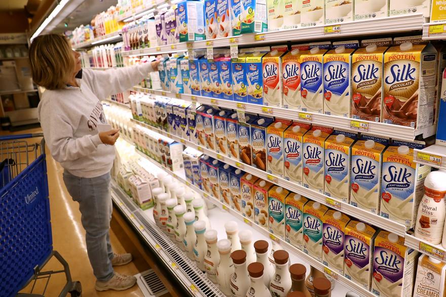 """Des briques de """"lait de soja"""" dans un supermarché aux États-Unis."""