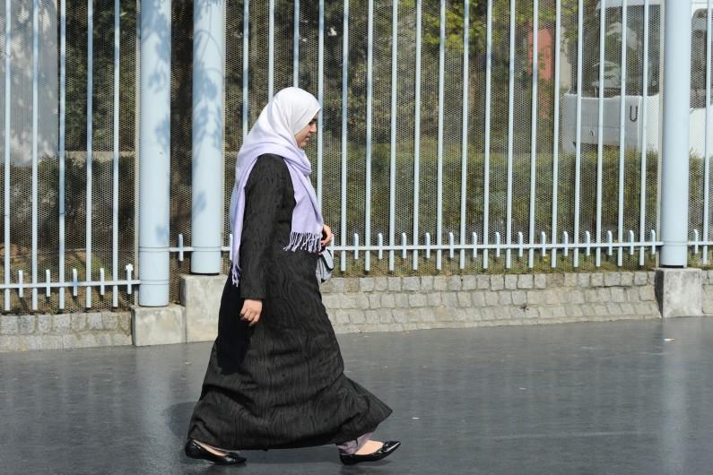 Une femme voilée dans la rue