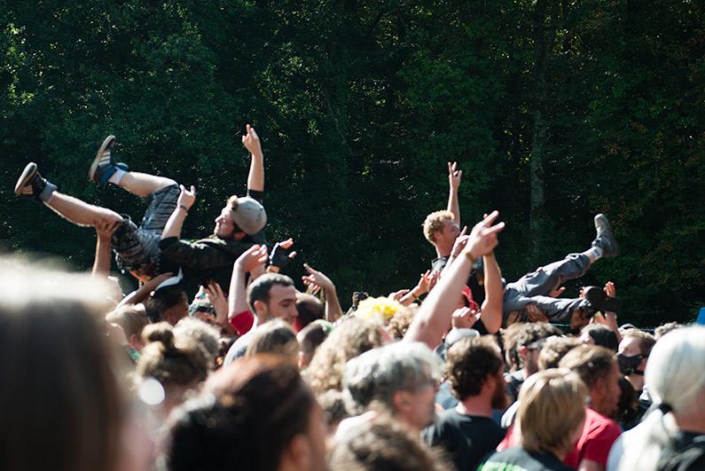 Des festivaliers font un slam lors d'un concert (illustration)