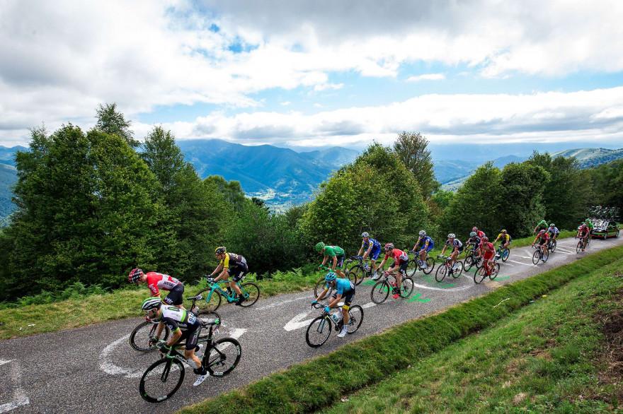 Des cyclistes du Tour dans le mur de Péguère, vendredi 14 juillet 2017