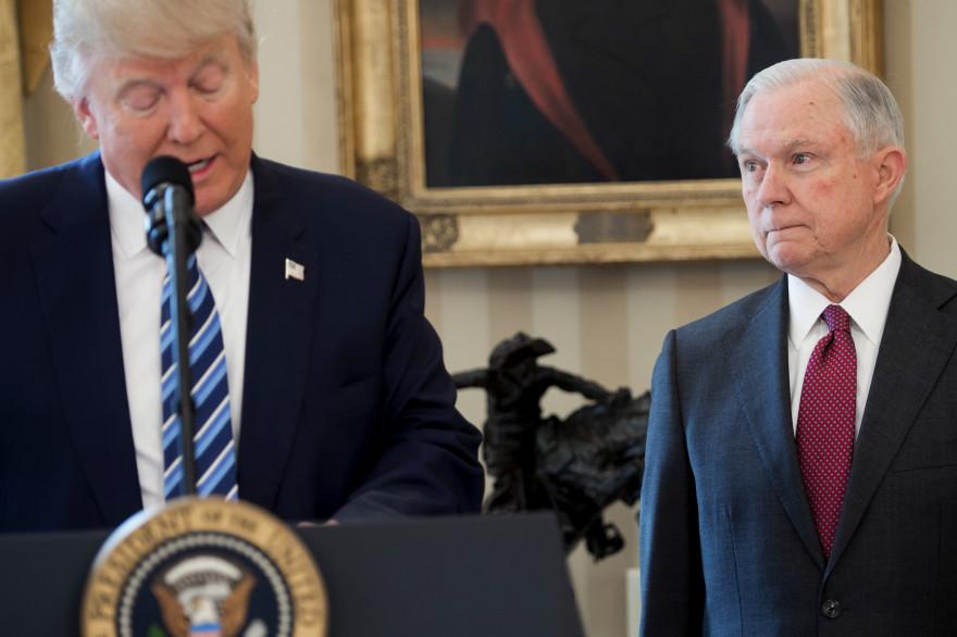 Donald Trump et Jeff Sessions, le 9 février 2017 à Washington DC