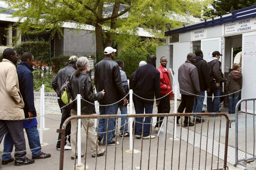 Des immigrés font la queue pour déposer un dossier de demande de régulation à la préfecture de Nanterre.