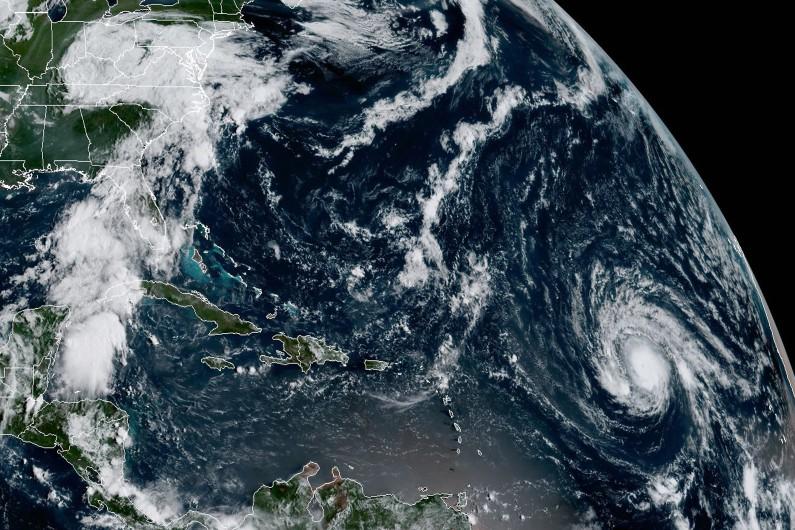 Images satellites de l'ouragan Irma (à droite) et de la tempête Harvey (à gauche)