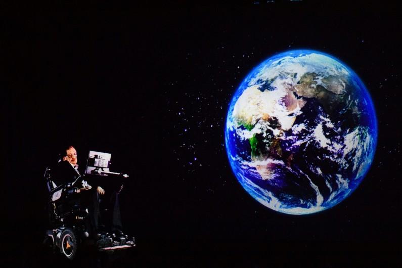 Le 24 mars 2017, Stephen Hawking parle à un public par hologramme à Hong Kong depuis son bureau de Cambridge en Angleterre.