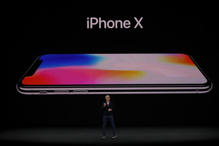 Tim Cook présente l'iPhone X lors de la keynote Apple du 12 septembre 2017 à Cupertino (Californie)