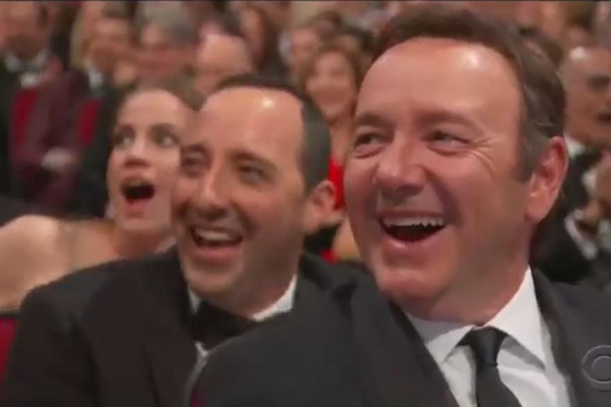 Kevin Spcaey hilare devant l'apparition de Sean Spicer aux Emmys 2017