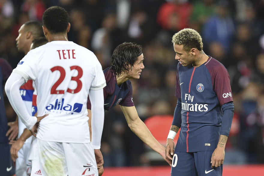 Edinson Cavani et Neymar avant de tirer le penalty dimanche 17 septembre 2017 contre Lyon