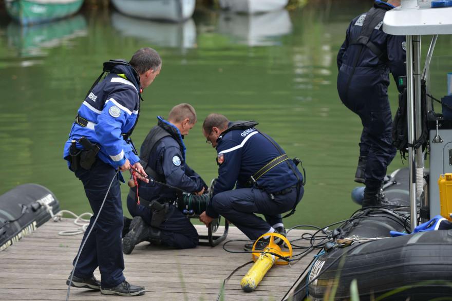 Des gendarmes déploient deux sonars deployes sur le lac d Aiguebelette pour tenter de retrouver la petite Maëlys,