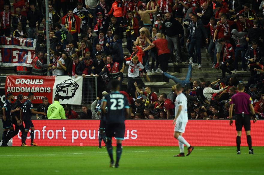 Une tribune s'est effondré au Stade de la Licorne à Amiens.