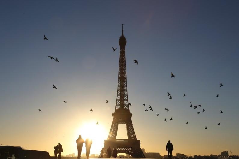 La tour Eiffel sous le soleil (illustration)