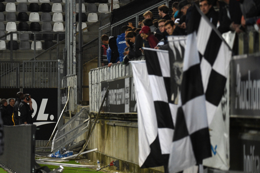 La barrière d'une tribune du stade d'Amiens a cédé sous le poids des supporters