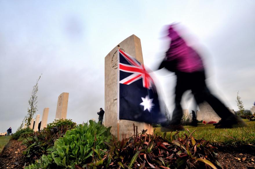 Une personne passe devant une tombe et un drapeau australien au Mémorial national australien à Villers-Bretonneux (illustration)