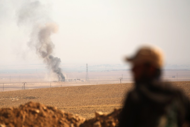 Un soldat de la force arabo-kurde dans le conflit au nord de Raqqa (Syrie) contre Daesh, le 7 novembre 2016