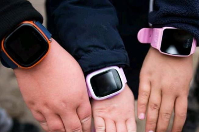Plusieurs associations de consommateurs mettent en cause les montres connectées pour enfants