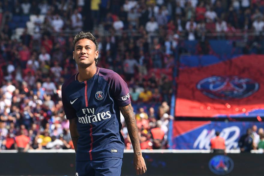 5 août : le Brésilien Neymar est présenté par le PSG au Parc des Princes
