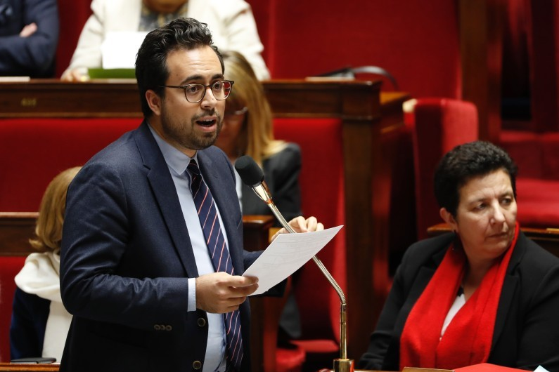 Mounir Mahjoubi, ministre déléguée à l'Industrie Numérique, s'adresse au gouvernement lors d'une session de l'Assemblée Nationale à Paris, le 22 novembre 2017.