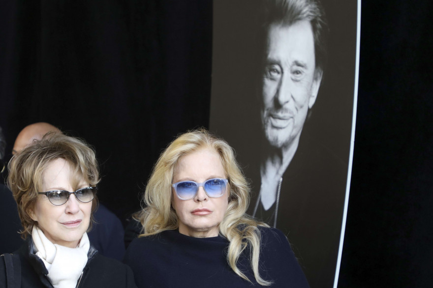 L'ancienne compagne de la star, Nathalie Baye, et son ex-femme, Sylvie Vartan, lors de l'hommage populaire à Johnny Hallyday le samedi 9 décembre 2017.