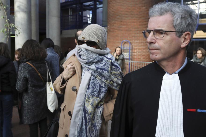 Brigitte Gruel arrive à son procès accompagnée de son avocat Frank Natali, le 12 décembre 2017 aux assises de Seine-Saint-Denis