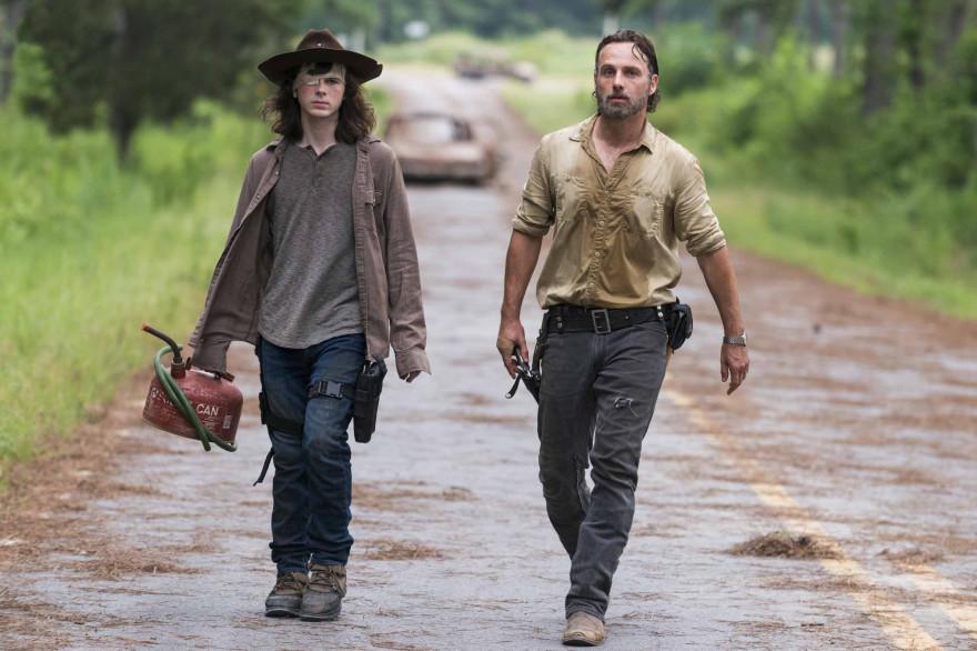 """Carl et son père Rick dans la saison 8 de """"The Walking Dead"""""""