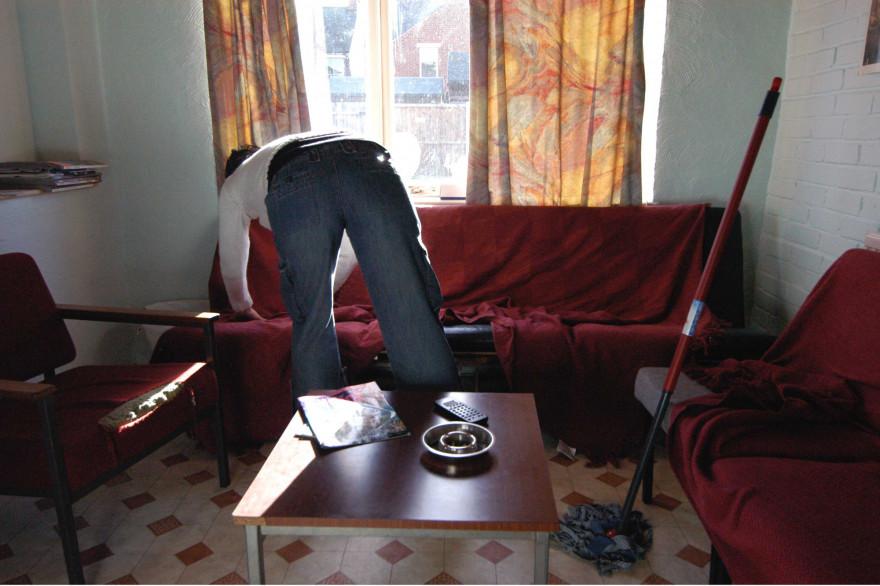 Une personne en train de faire le ménage dans son appartement (Illustration)