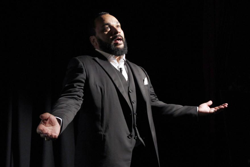 Dieudonné sur la scène du théâtre de la Main d'Or à Paris, le 15 janvier 2012 (archives).